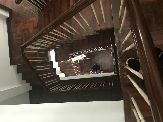 灯りは消えておりますが、1階から5階まで吹き抜けの階別踊場付き螺旋状階段が店中央に在りますので有ります。